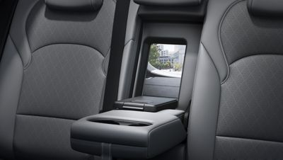 A photo showing the centre armrest of the new Hyundai i30 Wagon with an open ski-through hatch.