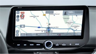 Image of the 10.25-inch screen of the new Hyundai i30, showing the speed camera alert.
