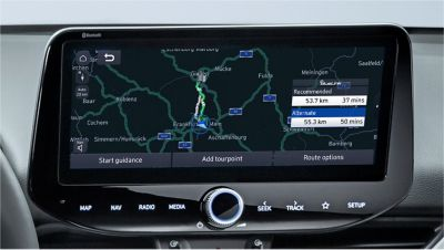 Image of the 10.25-inch screen of the new Hyundai i30, showing live traffic information.
